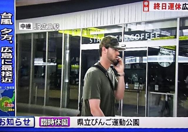 広島カープジョンソン台風情報に映りこむ