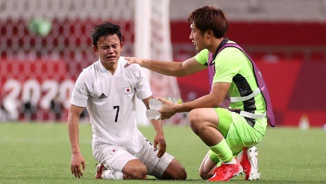 サッカー日本53年ぶり銅メダルならず久保号泣