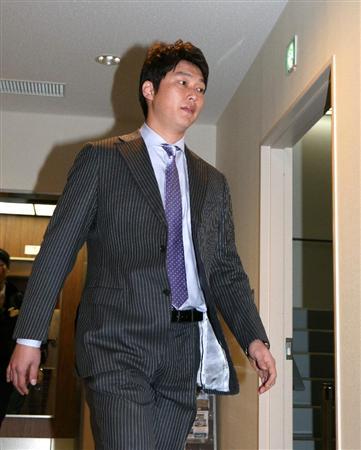 阪神新井さん、年俸1億2000万ダウン。拒否なら即退団か?