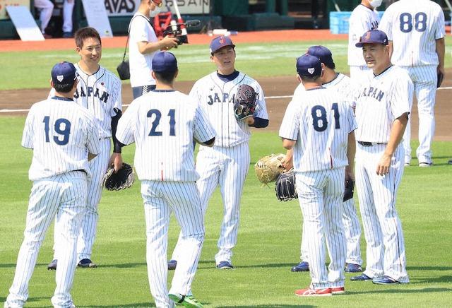 侍ジャパンカープ栗林、阪神岩崎をキャッチボールに誘う