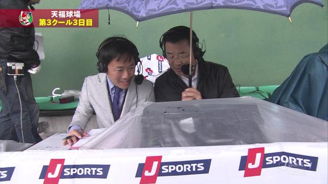 達川さん傘をさす
