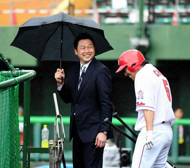 カープ長野久義新井さんに傘を持ってくる_02