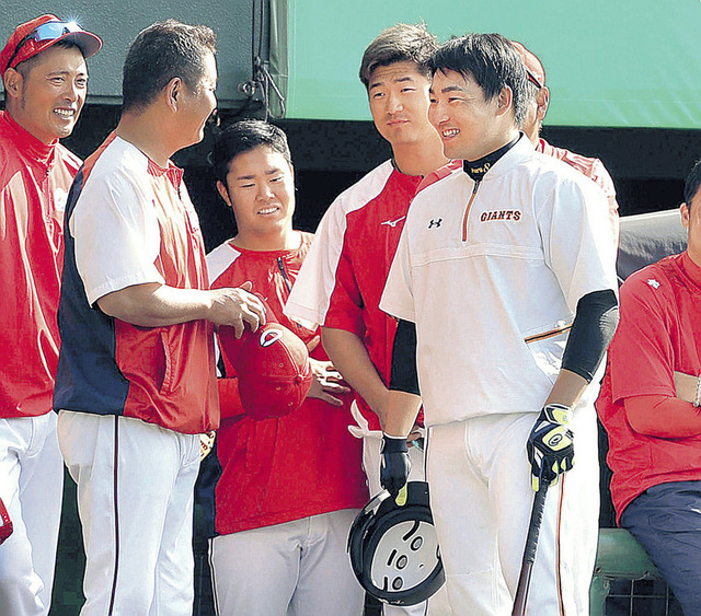 カープ鈴木誠也、巨人丸と沖縄で再会し談笑する