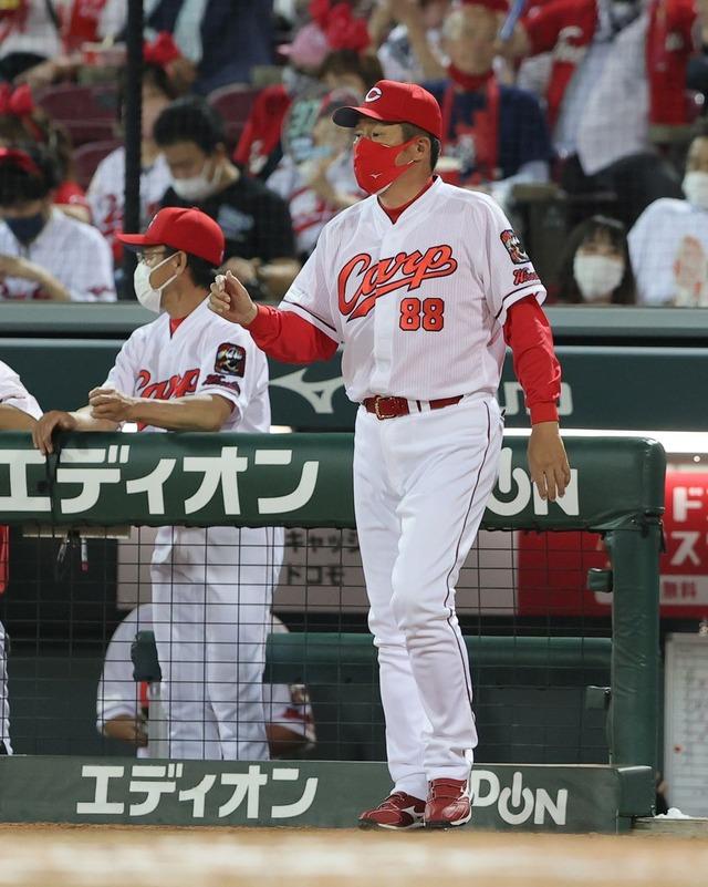 カープ坂倉と磯村、捕手と1塁手試合直前に謎の変更