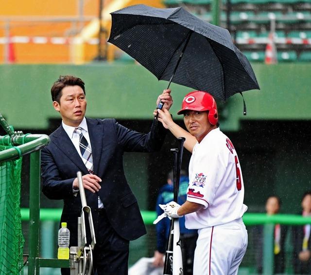カープ長野久義新井さんに傘を持ってくる