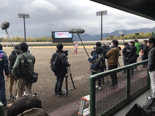 中村奨成キャンプ初日報道陣 (1)