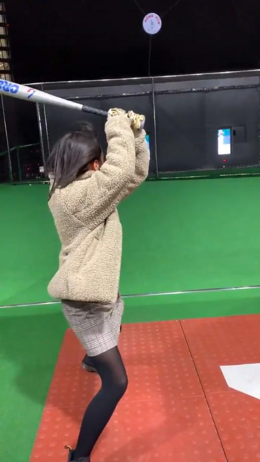 野球経験のない彼女にバッティングセンターで打撃を教えた結果_01