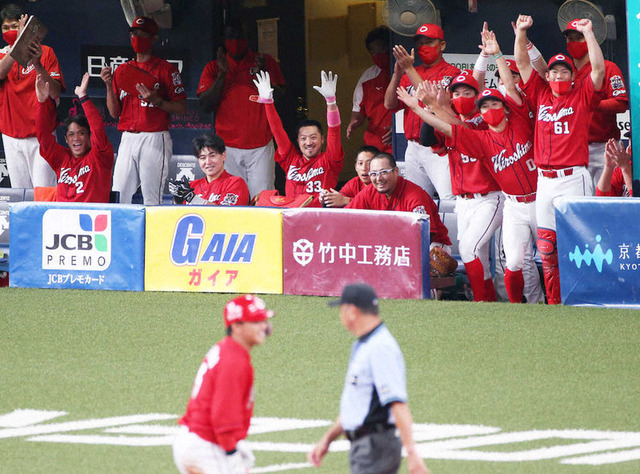 長野久義の429日ぶり3塁打を喜ぶカープベンチの笑顔
