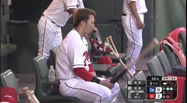 カープ鈴木誠也、バットを叩きつけ自分の頭を殴る