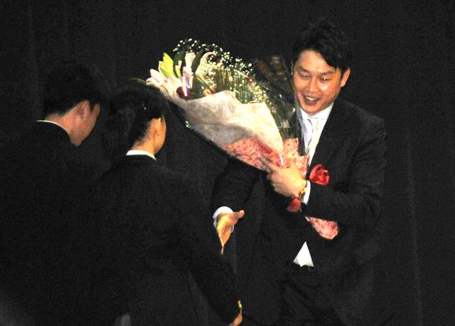 カープ新井さん母校広島工でサプライズトークショー