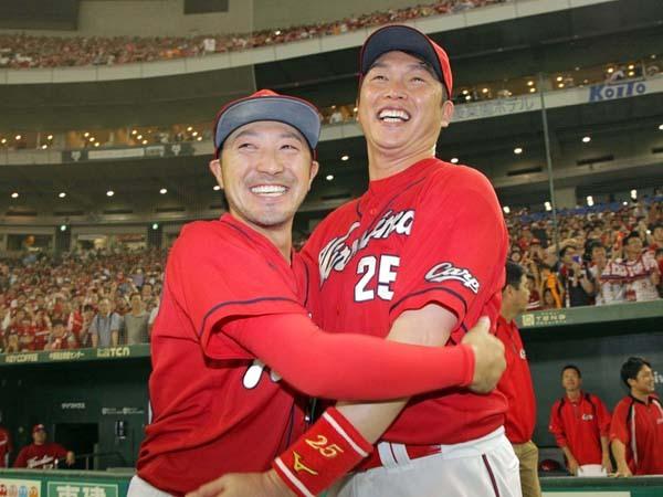 優勝を決めて菊池涼介と新井が抱き合う笑顔いっぱいの姿