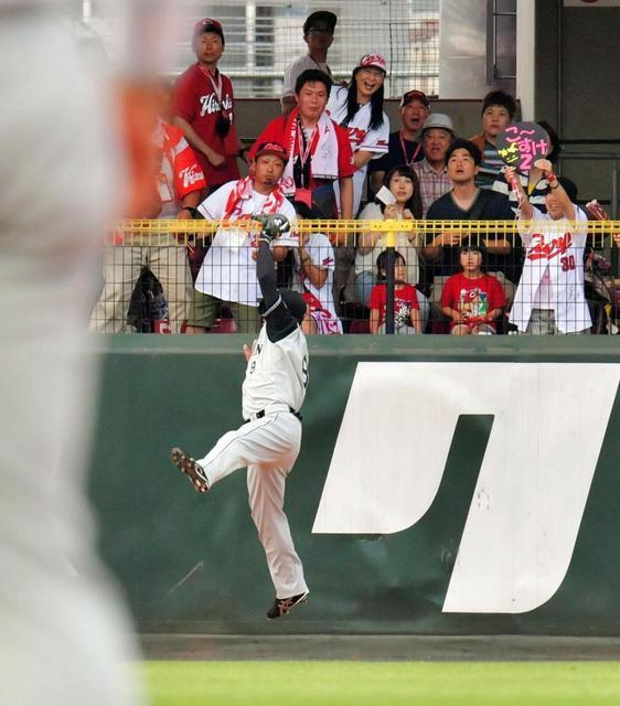 田中広輔の打球フェンスめり込む 03