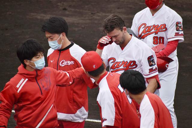 広島スコット、バント自打球が顔面直撃で負傷交代