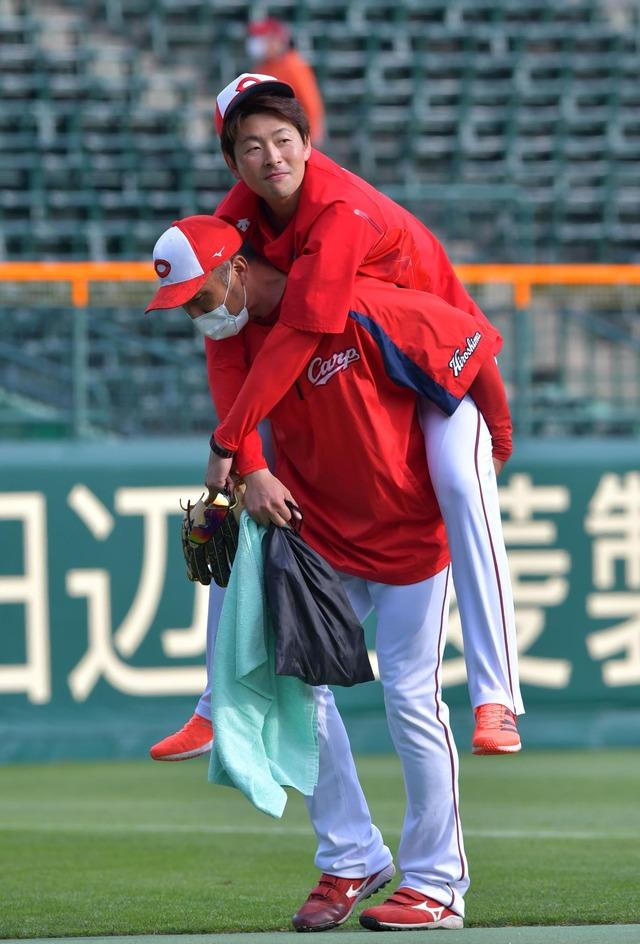 大瀬良にアクシデント永川コーチにおんぶされ退場