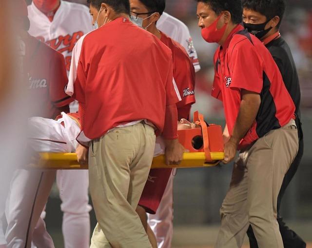 カープ會澤、打球が顔面に直撃し担架で負傷退場