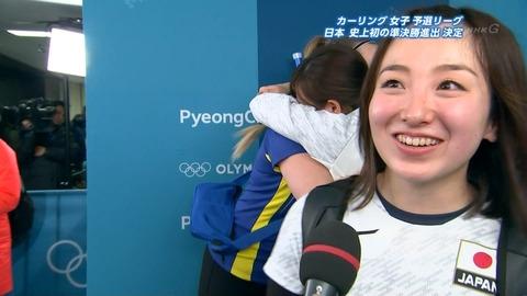 【カーリング女子】日本のインタビュー中にスウェーデン人選手が抱きしめ祝福する姿が美しいと話題に