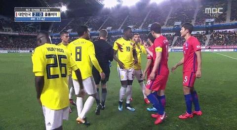 【サッカー】コロンビア代表、韓国代表に釣り目ジェスチャーしてしまう