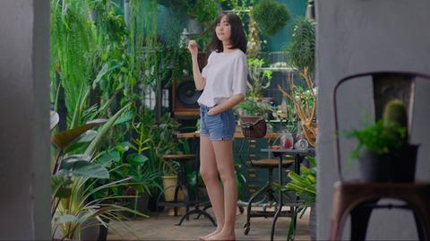 新垣結衣さん、ショートパンツで美脚披露!「何見てるの?」と囁き、微笑む