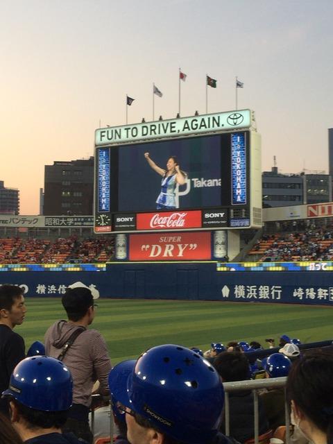 横浜DeNA、ヘルメット12万個ファンにプレゼントwwwww