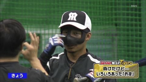 阪神、謎の仮面の選手がベンチに…