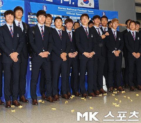 帰国した韓国代表をファンが攻撃…アメ玉の洗礼に「韓国サッカーは死んだ」横断幕