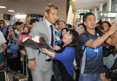 本田圭佑さん、空港で女の子に抱きつかれる