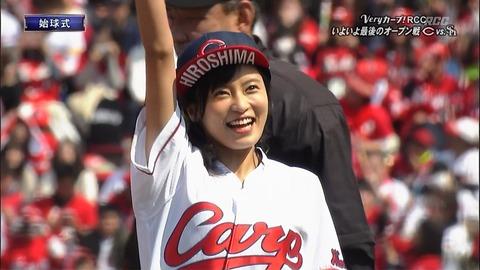 【始球式】小島瑠璃子のカープユニフォーム姿、可愛すぎwwwwwwww