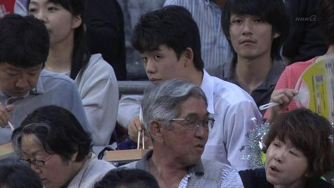 藤井聡太4段が名古屋場所を観戦 ← 学校行けよ