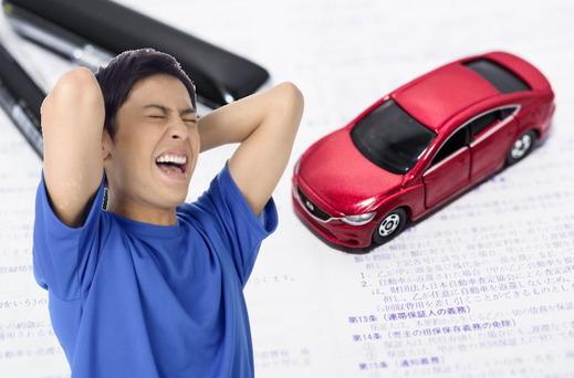 車の購入を後悔する男性