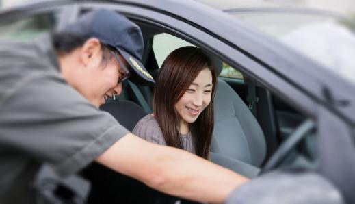 女性客の対応をする車屋
