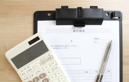 自動車修理の見積書と電卓