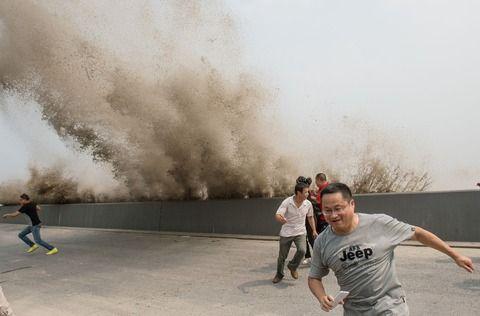中国で今度は川が逆流! 逃げ惑う人民