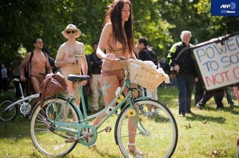 World Naked Bike Ride_02