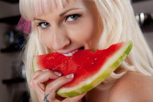 hot-girls-eating-watermelon-63