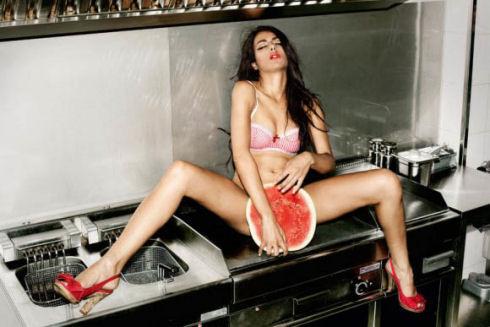 hot-girls-eating-watermelon-33