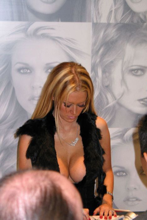 awesome_views_of_celebrity_decolletage_14