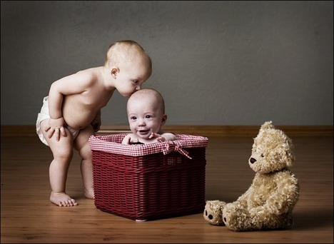 babies-kissing01