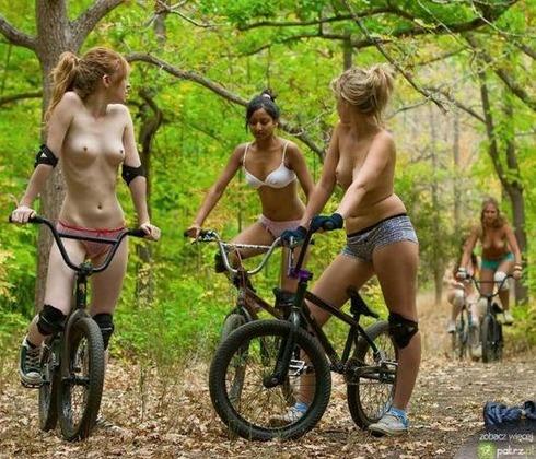 naked_girls_on_bikes_07