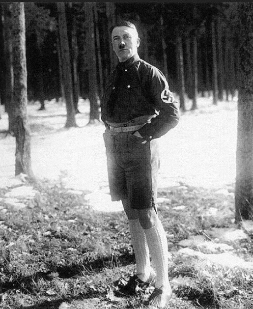 banned_neverbeforeseen_photos_of_hitler_in_shorts_640_high_03