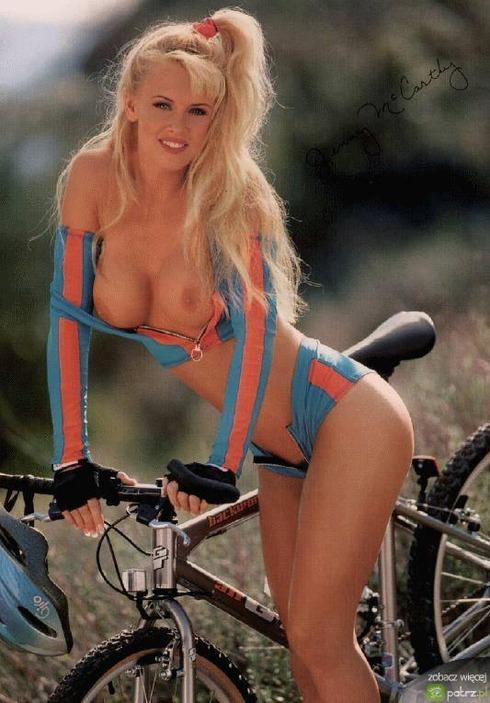 naked_girls_on_bikes_03