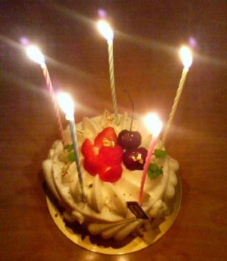 ケーキ召し上がれ( ̄〜 ̄) モグモグ...