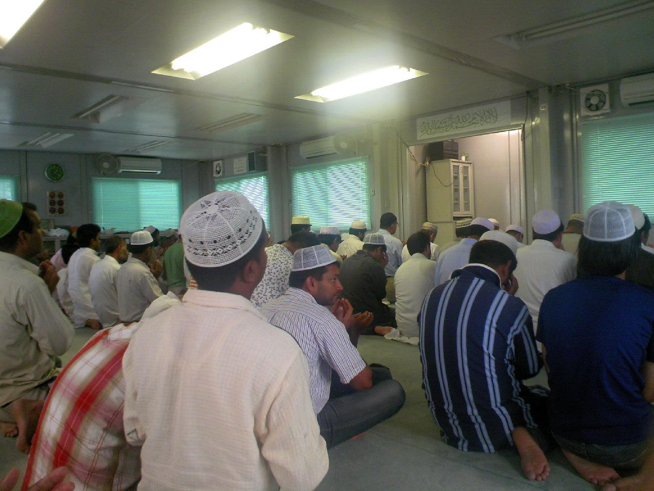 イスラムのお祈り そこにはたくさんのイスラム教徒が集まり、みなさん真剣に礼拝しています。 ...