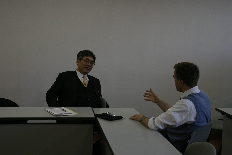 国際ヒューマン・コミュニケーション学科 リッチモンド研究室:『ドラゴン・イングリッシュ』の竹岡広信先生と対談しました