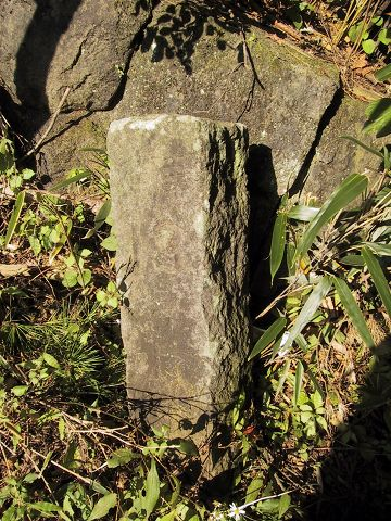 旧国道254号線の石柱2