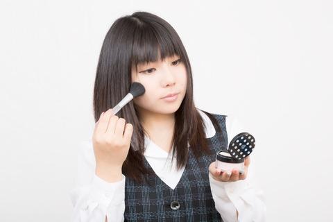 化粧直しの女性_Lala