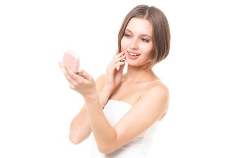 肌を確認するロシア女性