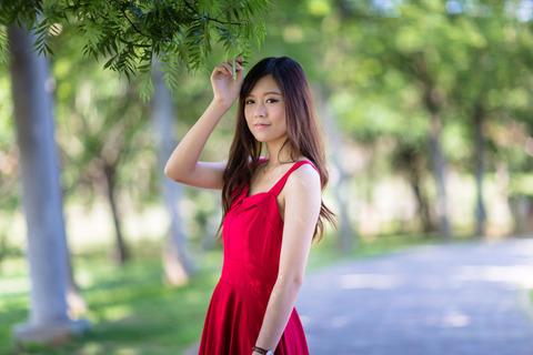 赤い服の女性綺麗