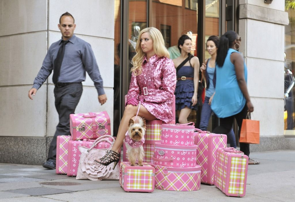 A:シャーペイのファッションセンスはちょっと普通の人と違うわね。ラインストーンを必ず衣装に付けるし、ピンクが大好き。彼女はピンクの服以外にも、ピンクの