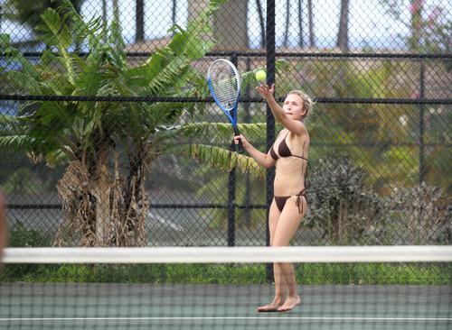 ヘイデンがビキニ姿でテニス (1)