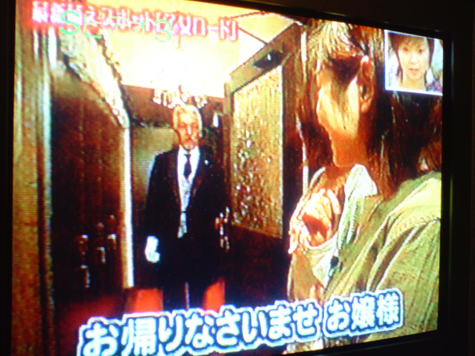 執事喫茶内部♪ リポーターの方が赤い絨毯で圧倒され、 お迎えを受けてさらに圧倒されてい... 執
